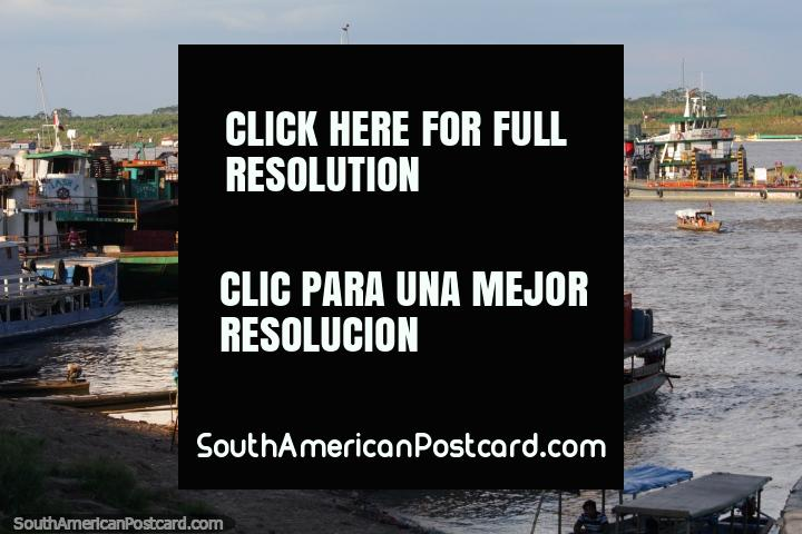 Una serie de remolcadores y barcos de carga en el Río Ucayali en Pucallpa. (720x480px). Perú, Sudamerica.