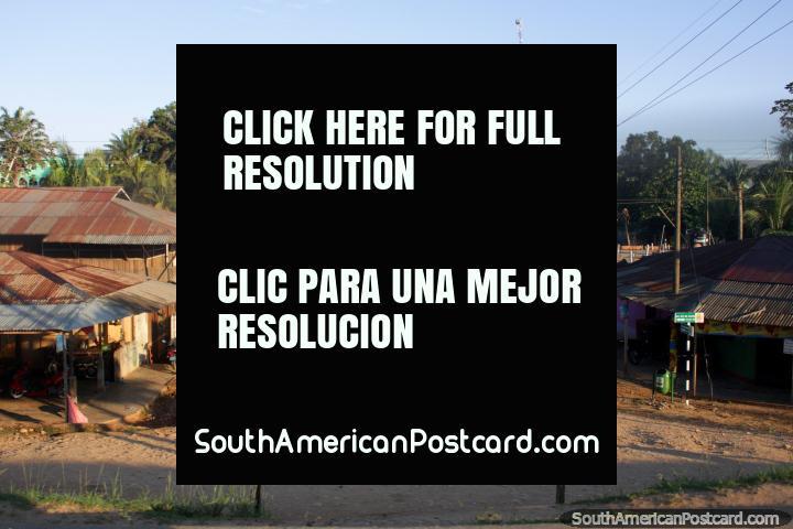 Pequeño pueblo con un camino de tierra y palmeras entre Pucallpa y Aguaytia. (720x480px). Perú, Sudamerica.
