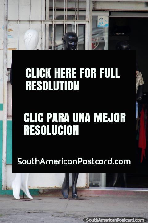 3 manequins em atordoamento de equipamentos, moda no mato, Tingo Maria. (480x720px). Peru, América do Sul.