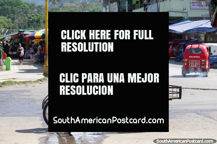 Hombre y carro de la carretilla, puestos de venta ambulante y mototaxis, Tingo María. (720x480px). Perú, Sudamerica.