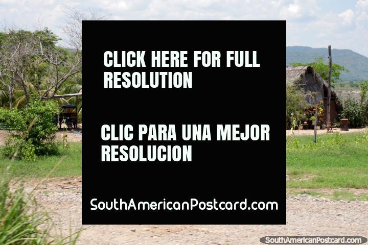 Pequeña comunidad de casas en terreno abierto, un estilo de vida agradable al sur de Tarapoto. (720x480px). Perú, Sudamerica.