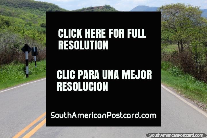 El camino es bueno al sur de Tarapoto, buen paisaje también, no hay bandidos alrededor de aquí. (720x480px). Perú, Sudamerica.