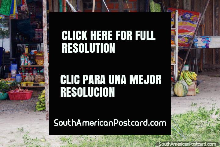 Una tienda de frutas y verduras al lado de la carretera en el Amazonas, al norte de Tarapoto. (720x480px). Perú, Sudamerica.