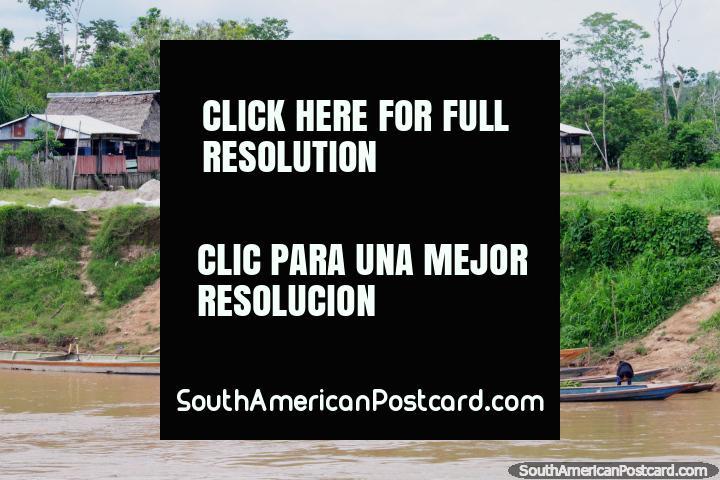 Grupos de casas y personas en canoas en el Distrito de Santa Cruz, al sur de Lagunas. (720x480px). Perú, Sudamerica.