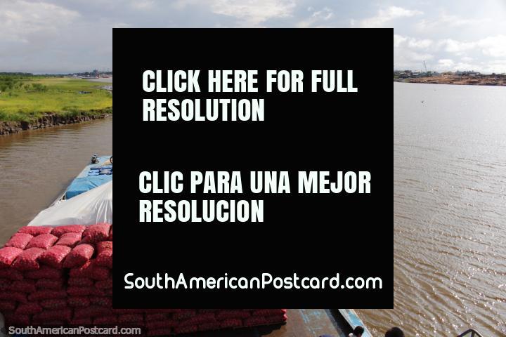 As batatas, o arroz e o par de mototaxis chegaram seguramente a Iquitos e então tenha-nos passageiros! (720x480px). Peru, América do Sul.