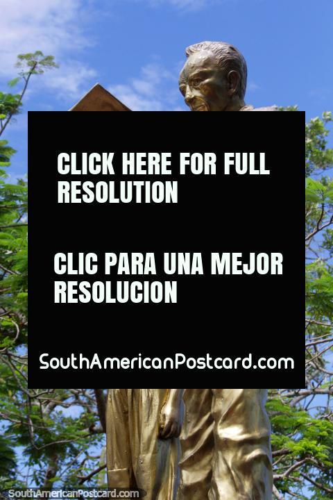 Orlando Casanova Heller (1943-1997), dando voz as crianças do Amazônia, monumento dourado em Iquitos. (480x720px). Peru, América do Sul.