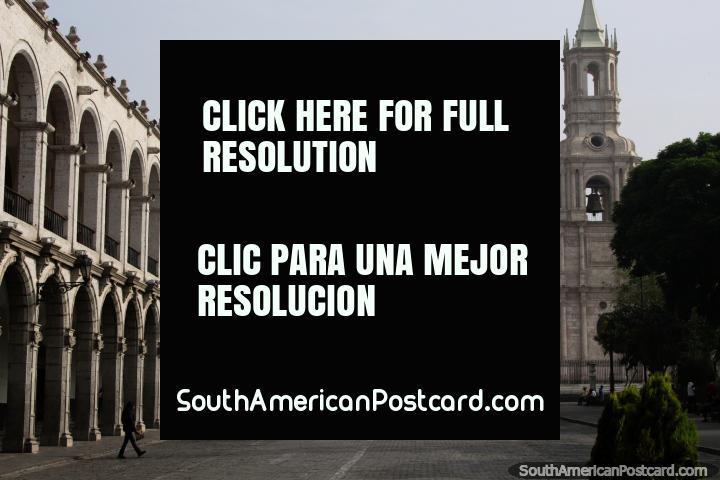 Arcos espetaculares e a catedral no Praça de Armas em Arequipa, uma bela praça pública. (720x480px). Peru, América do Sul.