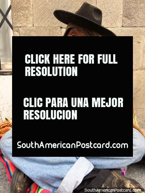 O homem com um chapéu preto joga o registrador, que atua na rua na rua em Puno. (480x640px). Peru, América do Sul.
