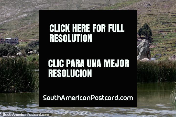Grupo de grandes rocas vistas en bote desde Puno a las islas flotantes. (720x480px). Perú, Sudamerica.