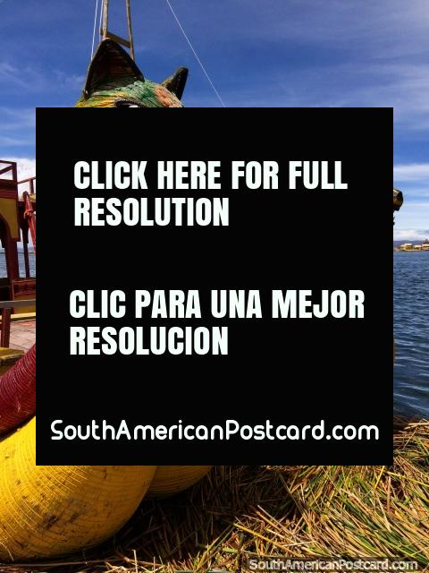 Barco de dragão com 2 cabeças, o modo de transporte do indïgena do Lago Titicaca, Puno. (480x640px). Peru, América do Sul.