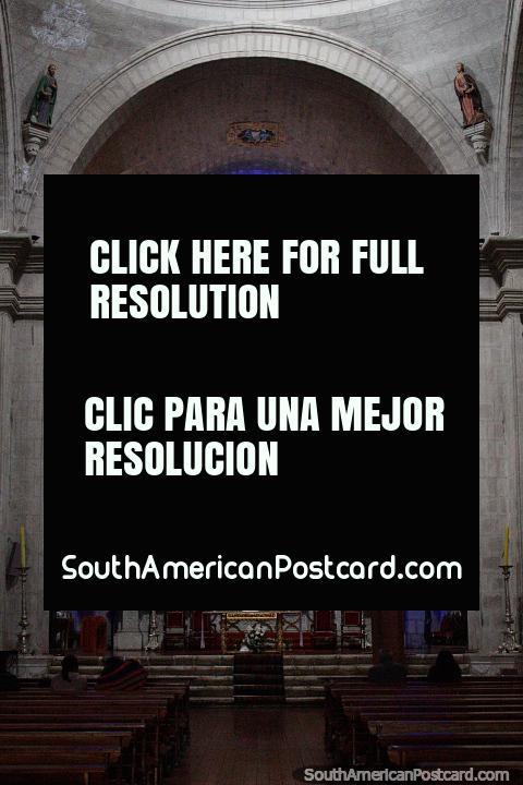 Interior da catedral em Puno com iluminação azul e arcos. (480x720px). Peru, América do Sul.