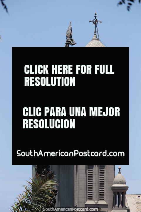 Torre del reloj y gran monumento en Lima, hombre con pistola y bandera. (480x720px). Perú, Sudamerica.