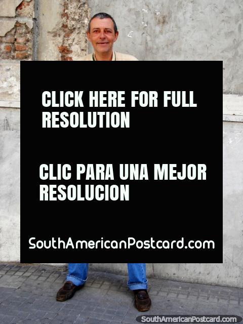 Homem em Montevidéo fora de um passeio com o seu frasco de ctem. (480x640px). Uruguai, América do Sul.