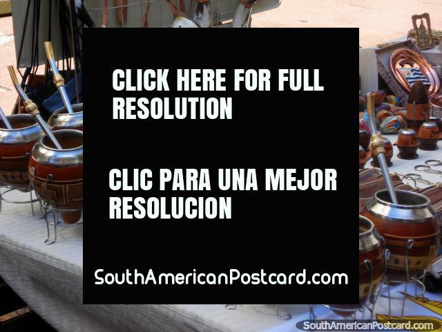 Beba su té de la paja formó la cosa metálica, Montevideo. (640x480px). Uruguay, Sudamerica.