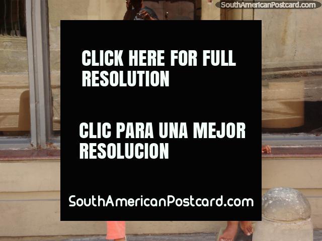 2 meninas põem para um quadro em Montevidéo a velha cidade. (640x480px). Uruguai, América do Sul.