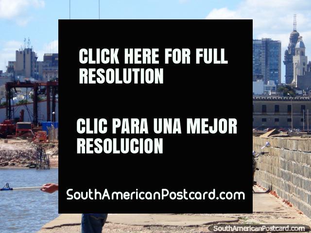 Fora no pilar de ponte em Montevidéo que rememora em direção as velhas e novas cidades. O pilar de ponte é várias km de longitude! (640x480px). Uruguai, América do Sul.