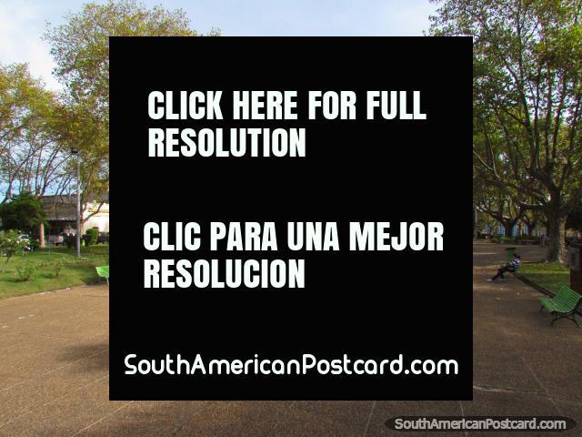 O espaço aberto de Praça Constitucion, praça pública principal em Paysandu. (640x480px). Uruguai, América do Sul.