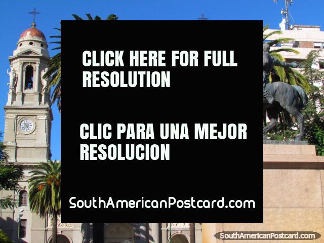 Catedral, monumento e palmeiras em Praça Independencia em Mercedes. (640x480px). Uruguai, América do Sul.
