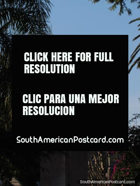 Monumento en Plaza Constitucion en Dolores, hombre con espada en el aire, paloma en cabeza. (480x640px). Uruguay, Sudamerica.