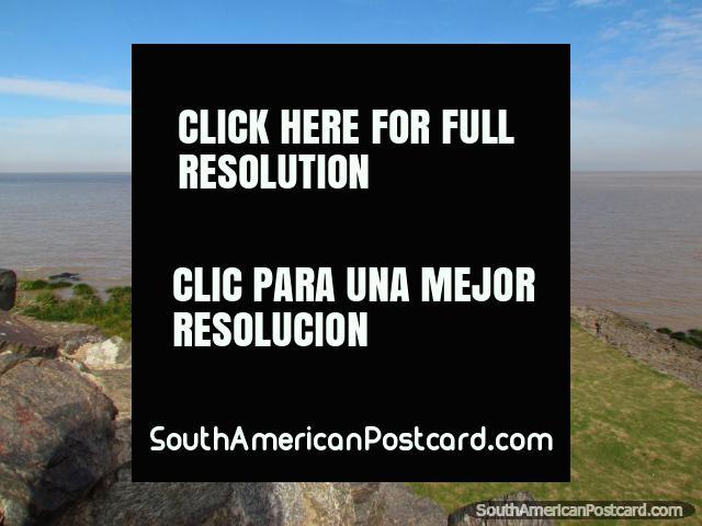 La relajación en las orillas del Rio de la Plata en Colonia del Sacramento. (640x480px). Uruguay, Sudamerica.