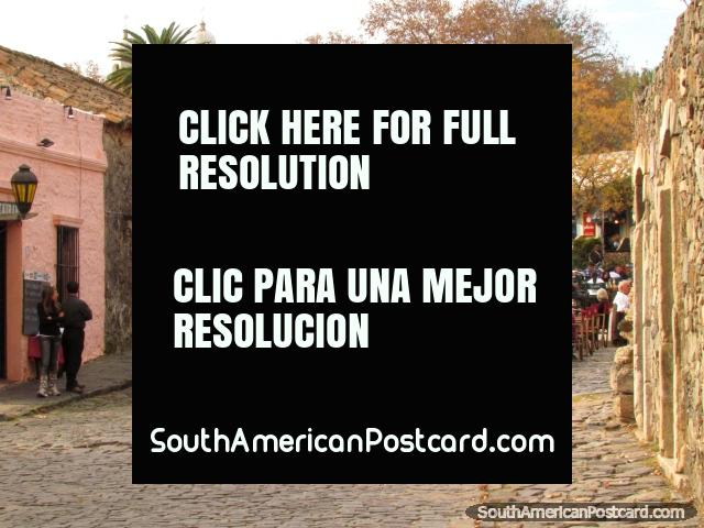 Restaurante con mesas en los adoquines, Colonia área histórica. (640x480px). Uruguay, Sudamerica.