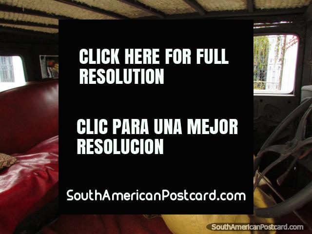 Coma el almuerzo dentro de un coche antiguo en el área histórica de la Colonia. (640x480px). Uruguay, Sudamerica.