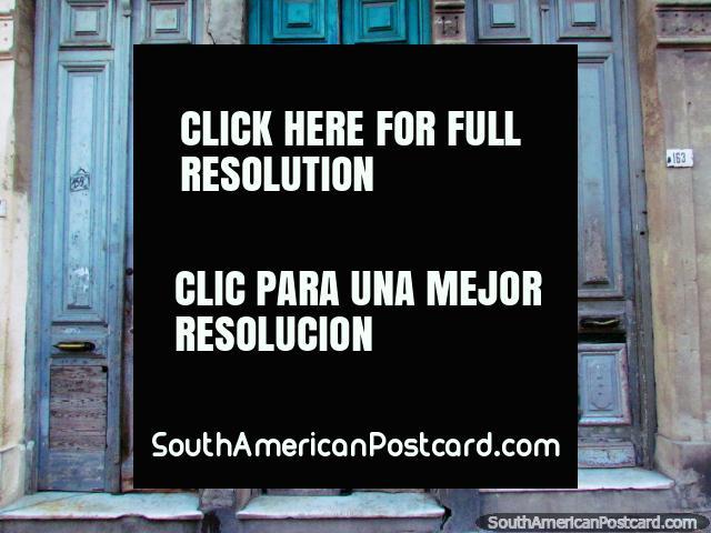3 viejas altas puertas de madera en la ciudad vieja en Montevideo. (640x480px). Uruguay, Sudamerica.