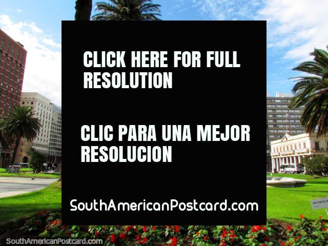 Plaza Independencia y Palacio Salvo, jardines de flores rojos, Montevideo. (640x480px). Uruguay, Sudamerica.