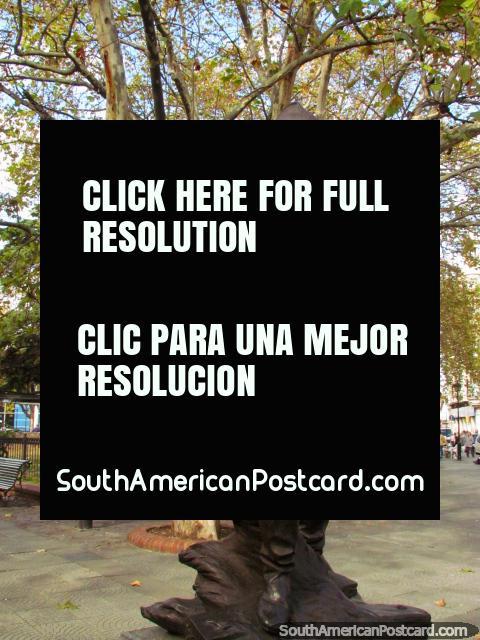Monumento al Bombero (bombeiros) em Praça dos 33 em Montevidéo. (480x640px). Uruguai, América do Sul.