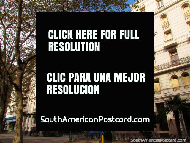 Edificios históricos alrededor de Plaza de Cagancha (1836), un parque agradable para sentarse en Montevideo. (640x480px). Uruguay, Sudamerica.