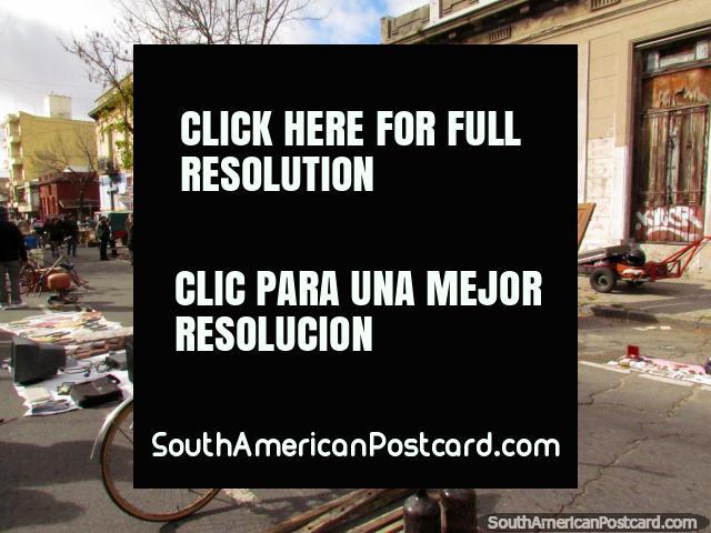 Una bicicleta, una puerta de madera y todo para venta en los Mercados de La Feria Tristan Narvaja de Montevideo. (640x480px). Uruguay, Sudamerica.