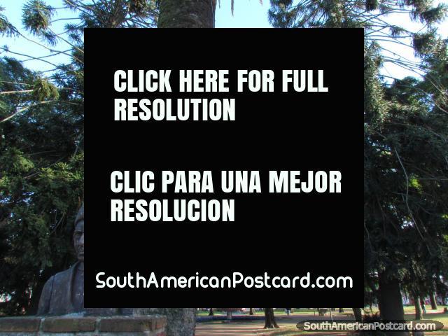 Plaza Cristobal Colon cerca del centro de Tacuarembo. (640x480px). Uruguay, Sudamerica.