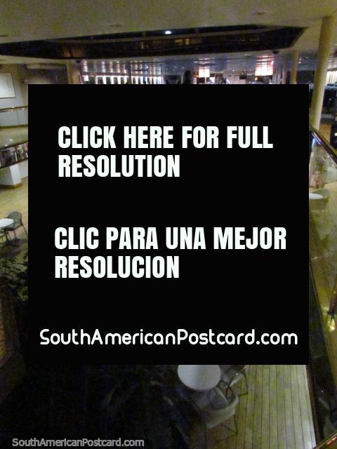 El aspecto abajo al vestíbulo y tienda libre de impuestos en el barco de Buquebus. (480x640px). Uruguay, Sudamerica.
