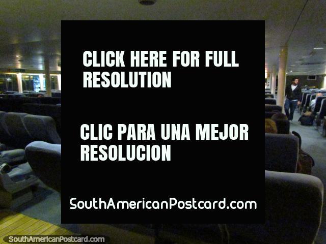 El salón de pasajeros principal con asientos suaves agradables en el barco de Buquebus. (640x480px). Uruguay, Sudamerica.