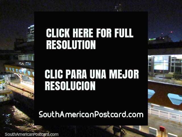 La salida de Buenos Aires por barco para el paseo de 3 horas a Colonia. (640x480px). Uruguay, Sudamerica.