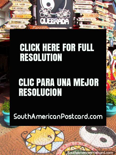 La tienda Canoa Quebrada en el Punta del Este tiene signos de la distancia a sitios por todo el mundo. (480x640px). Uruguay, Sudamerica.