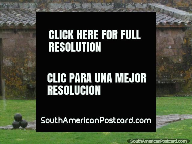 Un cañón negro con pelotas del cañón en frente en fortaleza San Miguel en Chuy. (640x480px). Uruguay, Sudamerica.