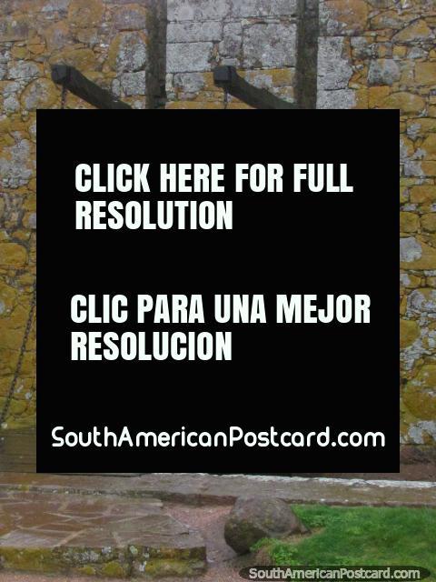 Ponte de madeira do outro lado do fosso até o portão de entrada do Forte San Miguel, Chuy. (480x640px). Uruguai, América do Sul.