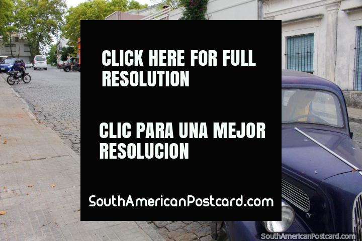 Um de várias carros velhos vê andando em volta das ruas de Colonia do Sacramento. (720x480px). Uruguai, América do Sul.