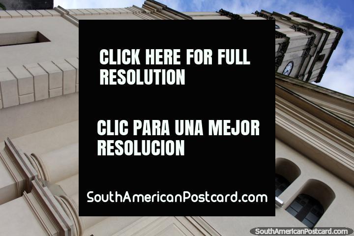 La catedral con la torre del reloj en Fray Bentos. (720x480px). Uruguay, Sudamerica.