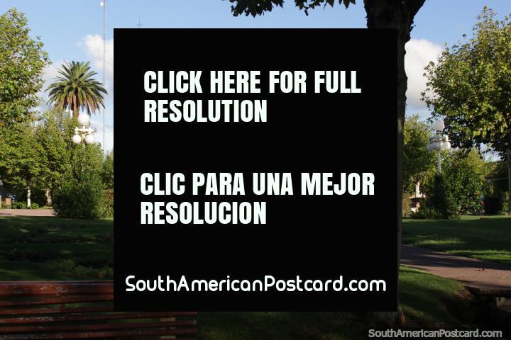 Plaza Constitución, monumento de piedra, un kiosco y torre de la iglesia, Fray Bentos. (720x480px). Uruguay, Sudamerica.