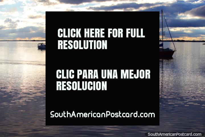 Remeros practican en el Río Uruguay en Fray Bentos. (720x480px). Uruguay, Sudamerica.