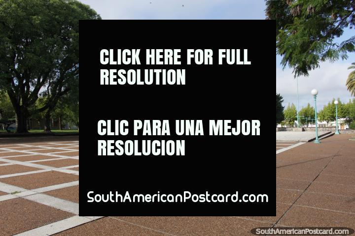 Praça Artigas na Fray Bentos, menos sombreado do que outras praças públicas, um lugar de dar um pontapé em uma bola em volta. (720x480px). Uruguai, América do Sul.
