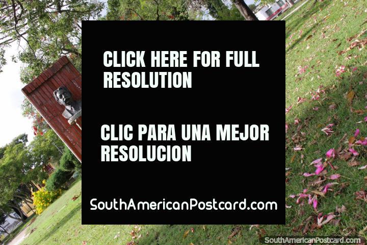 Praça Risso Canyasso em Fray Bentos, uma praça pública ervosa com árvores e flores. (720x480px). Uruguai, América do Sul.