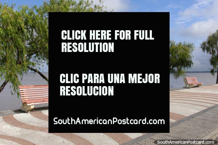 Bela tarde em Fray Bentos que olha para fora ao rio e um barco distante. (720x480px). Uruguai, América do Sul.