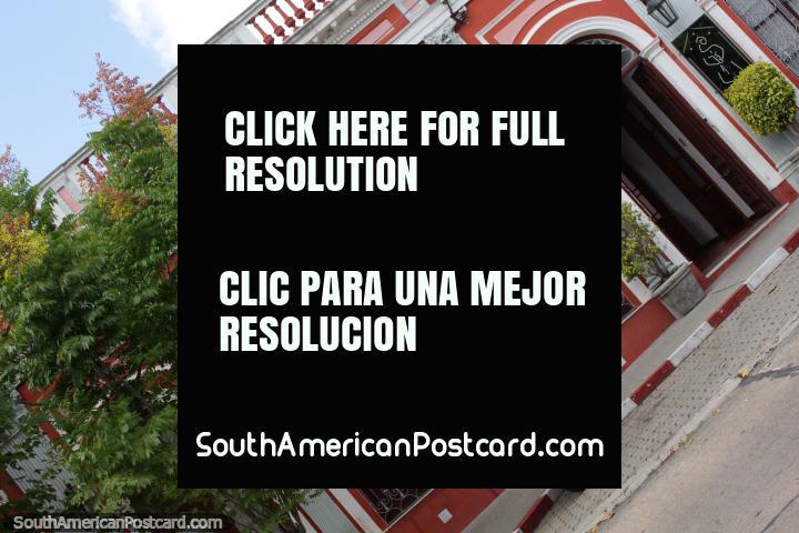 La fachada llamativa de Posada del Frayle Bentos en Fray Bentos. (720x480px). Uruguay, Sudamerica.