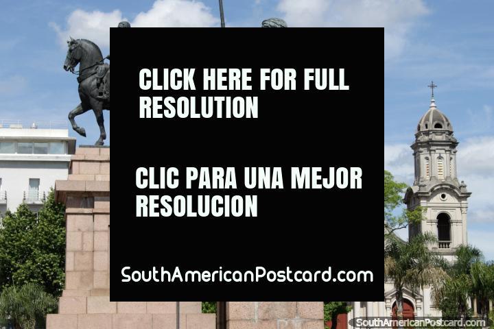 Monumentos e a catedral em Praça Artigas em Salto, consagrado em 1889. (720x480px). Uruguai, América do Sul.