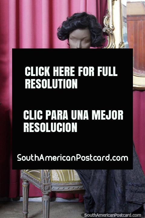 Ropa antigua usada por mujeres, modelo con atuendo en el museo del hombre y la tecnología en Salto. (480x720px). Uruguay, Sudamerica.