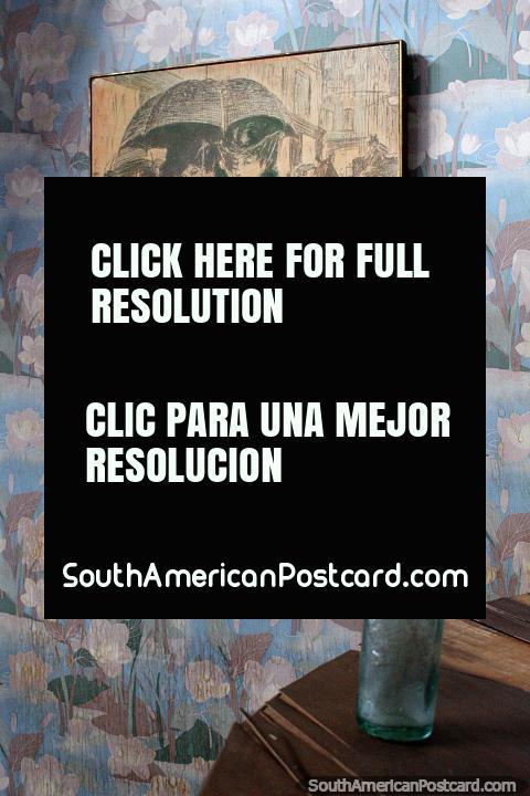 Dibujo de personas caminando por la calle principal con sombrillas en los viejos tiempos, museo del hombre y la tecnología, Salto. (480x720px). Uruguay, Sudamerica.