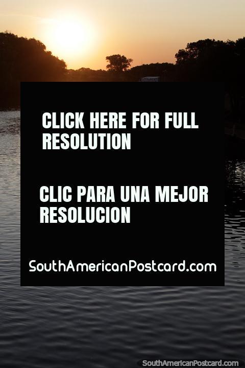 Puesta de sol sobre el río Arroyo de las Vacas en Carmelo. (480x720px). Uruguay, Sudamerica.